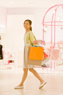 ショッピングをする女性の写真素材 [FYI02947053]