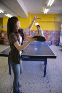 卓球をするカップルの写真素材 [FYI02947056]
