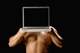 ノートパソコンを持つ男性の写真素材 [FYI02947057]