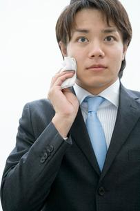 汗を拭くスーツ姿の男性の写真素材 [FYI02947155]