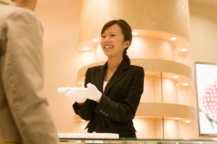接客をする女性店員の写真素材 [FYI02947204]