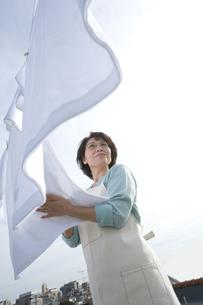 洗濯物を干すシニア女性の写真素材 [FYI02947324]