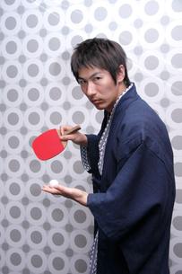 浴衣を着て卓球をする男性の写真素材 [FYI02947326]