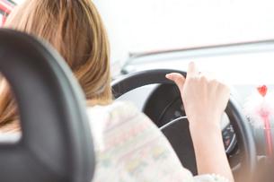 車の運転をする女性の写真素材 [FYI02947331]