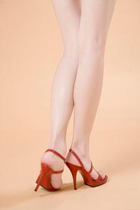 赤いハイヒールの足元の写真素材 [FYI02947343]