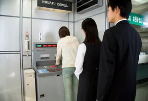 ATMと並ぶ人の写真素材 [FYI02947361]