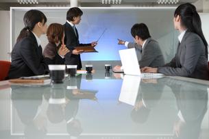 プレゼンをするビジネスマンの写真素材 [FYI02947367]