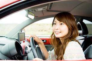 車の運転をする女性の写真素材 [FYI02947394]