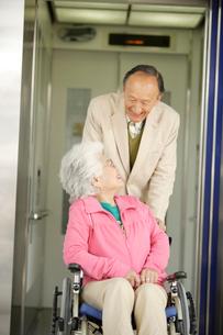 エレベーターを利用する車椅子の夫婦の写真素材 [FYI02947419]