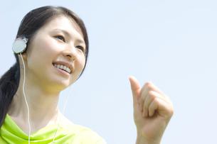 ジョギングをする女性の写真素材 [FYI02947430]