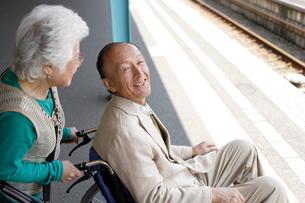 駅で電車を待つシニア夫婦の写真素材 [FYI02947481]