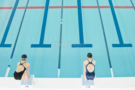 プールに飛び込む女性の写真素材 [FYI02947582]