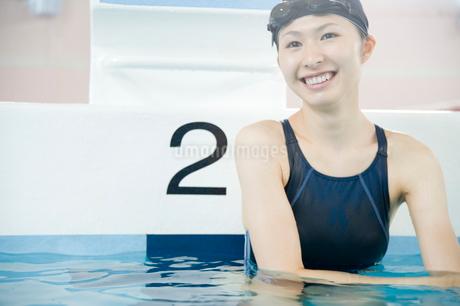 プールに入っている女性の写真素材 [FYI02947610]