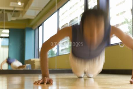 腕立て伏せをする男性の写真素材 [FYI02947630]