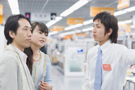 店内を案内される夫婦の写真素材 [FYI02947638]