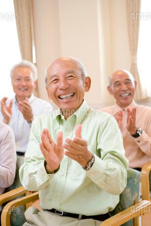拍手をするシニア男性の写真素材 [FYI02947676]