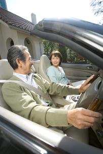 車に乗るシニア夫婦の写真素材 [FYI02947710]