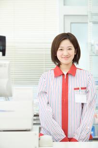 微笑む女性コンビニ店員の写真素材 [FYI02947754]