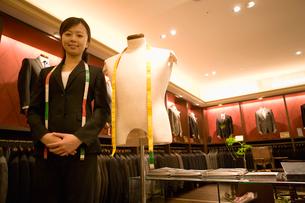 紳士服売り場の女性店員の写真素材 [FYI02947766]