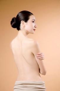 背中を見せる女性の写真素材 [FYI02947777]