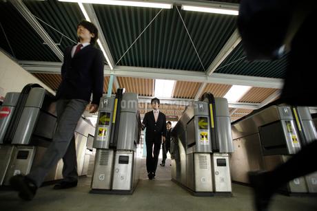 通勤時間に駅の改札を利用する人々の写真素材 [FYI02947811]