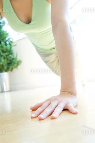 腕立て伏せをする女性の写真素材 [FYI02947905]