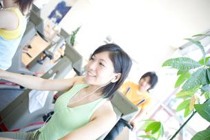笑顔の女性の写真素材 [FYI02947914]