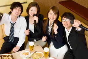 カラオケで歌う若者たちの写真素材 [FYI02947962]