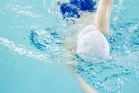 プールで泳ぐ女性の写真素材 [FYI02947988]
