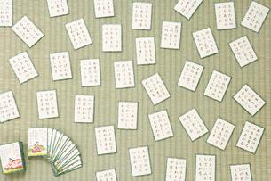 畳の上に並べた百人一首の写真素材 [FYI02948031]