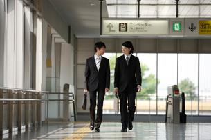 駅構内を歩くビジネスマンの写真素材 [FYI02948048]