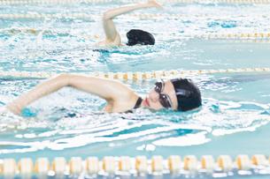 プールで泳ぐ女性の写真素材 [FYI02948084]
