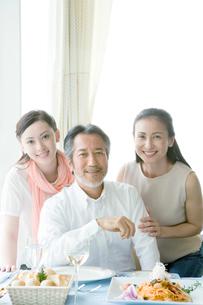 料理を前に笑顔の家族の写真素材 [FYI02948099]