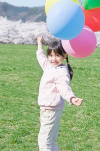 風船を持つ女の子の写真素材 [FYI02948130]