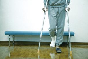 松葉杖の男性の写真素材 [FYI02948136]