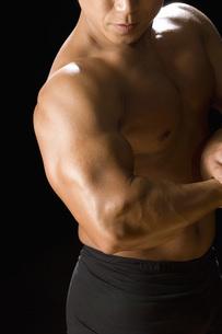 筋肉質の日本人男性の写真素材 [FYI02948147]