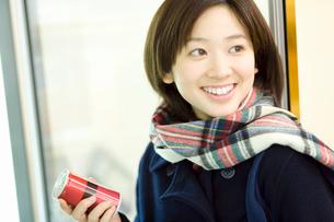 コンビニで飲み物を手に取る女子高生の写真素材 [FYI02948150]