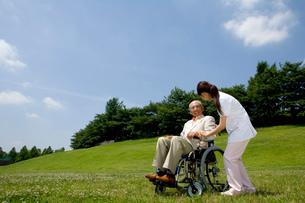 介護士と車椅子のシニア男性の写真素材 [FYI02948198]