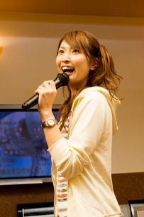 カラオケで歌う女性の写真素材 [FYI02948214]