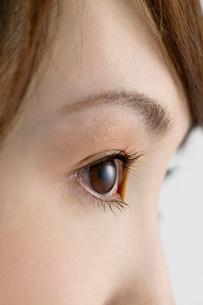 横を見る女性の目元の写真素材 [FYI02948225]