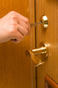 部屋の鍵を開けるの写真素材 [FYI02948256]