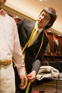 採寸をする紳士服店員の写真素材 [FYI02948258]