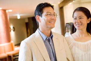 店舗の前で笑うミドル夫婦の写真素材 [FYI02948296]