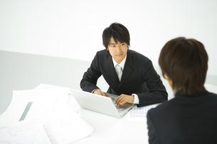 話をする男性2人の写真素材 [FYI02948303]