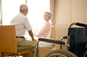 車椅子とシニア夫婦の写真素材 [FYI02948317]
