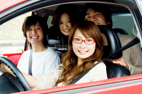 車の中の若者たちの写真素材 [FYI02948323]