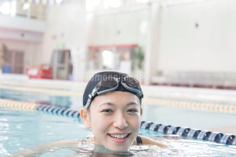 プールに入っている女性の写真素材 [FYI02948325]