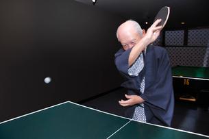 浴衣を着て卓球をするシニア男性の写真素材 [FYI02948343]
