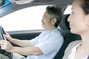 車に乗り前を見る夫婦の写真素材 [FYI02948399]