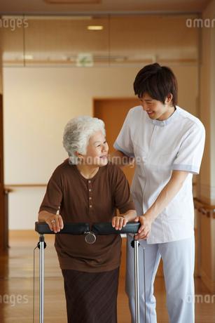 シニア女性に添う介護士の写真素材 [FYI02948400]